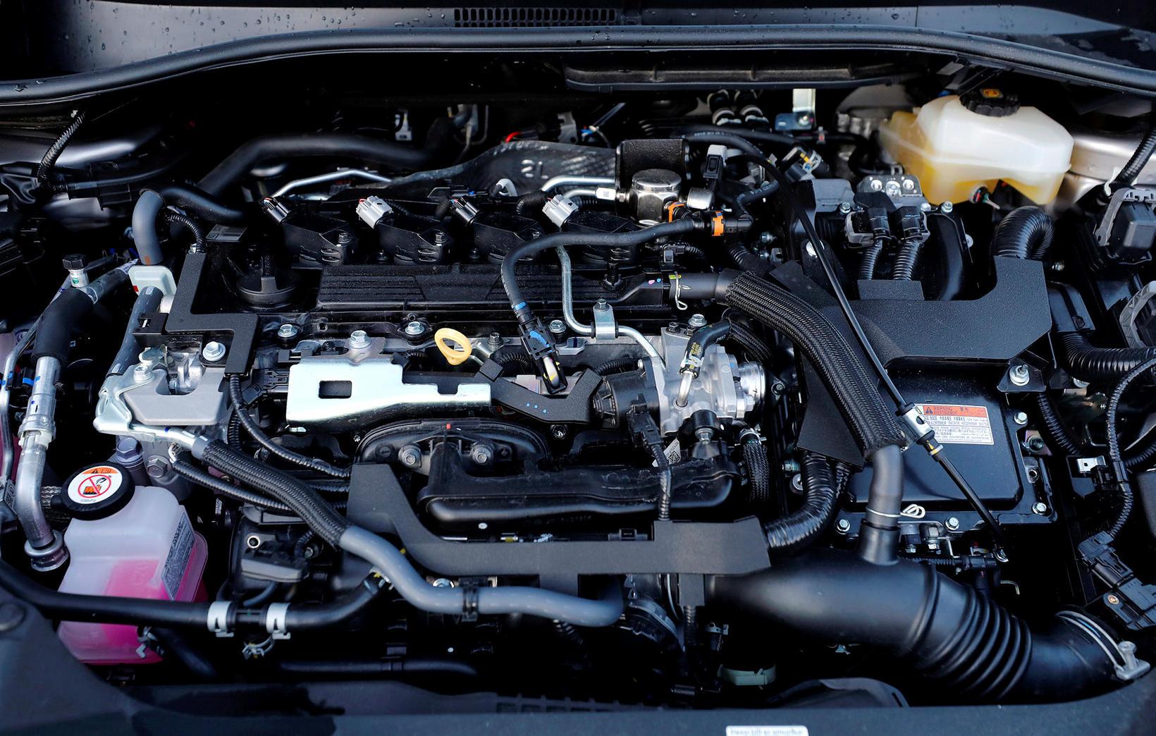 Tveggja lítra Hybrid-bensínvél er í bílnum og skilar sínu ágætlega.
