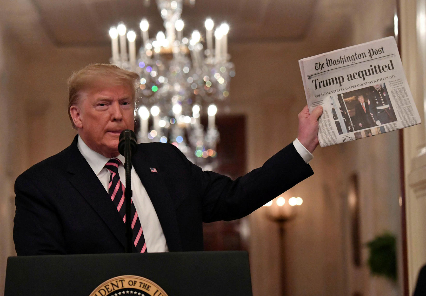 Trump uppskar lófaklapp þegar hann lyfti upp Washington Post.