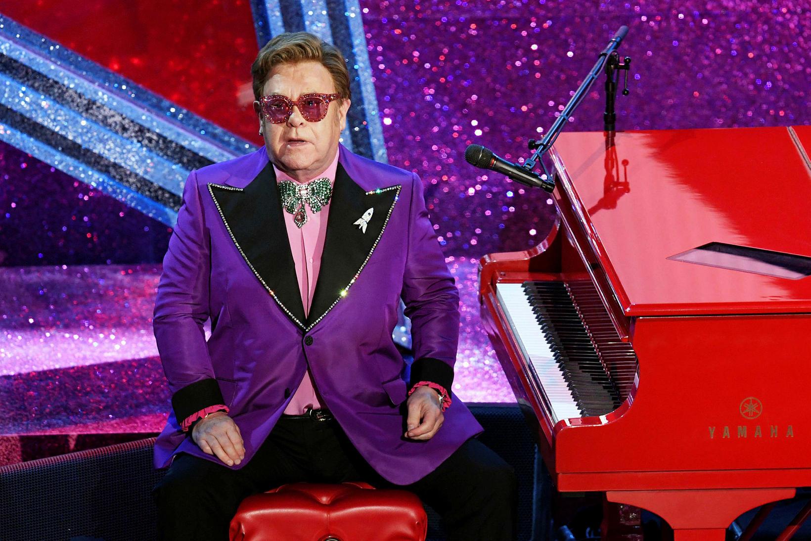 Elton John er glysgjarn og elskar að klæðast litríkum fötum.