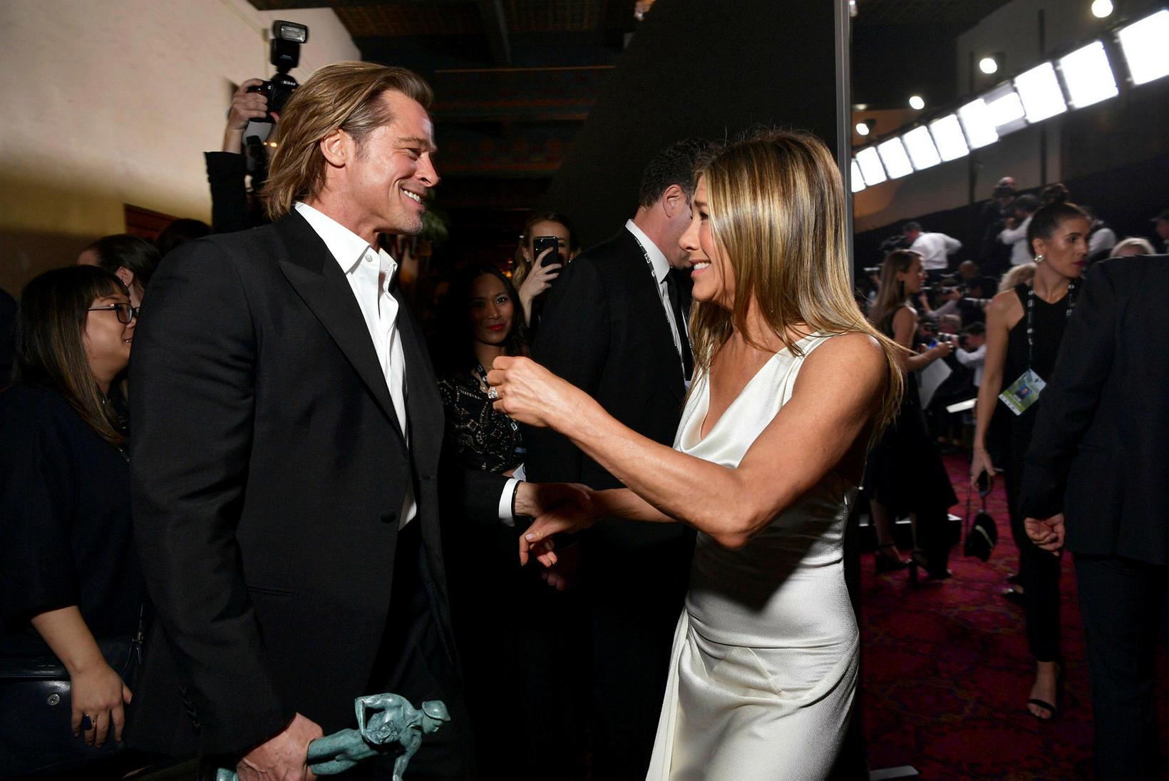 Brad Pitt og Jennifer Aniston voru innileg á Screen Actors …