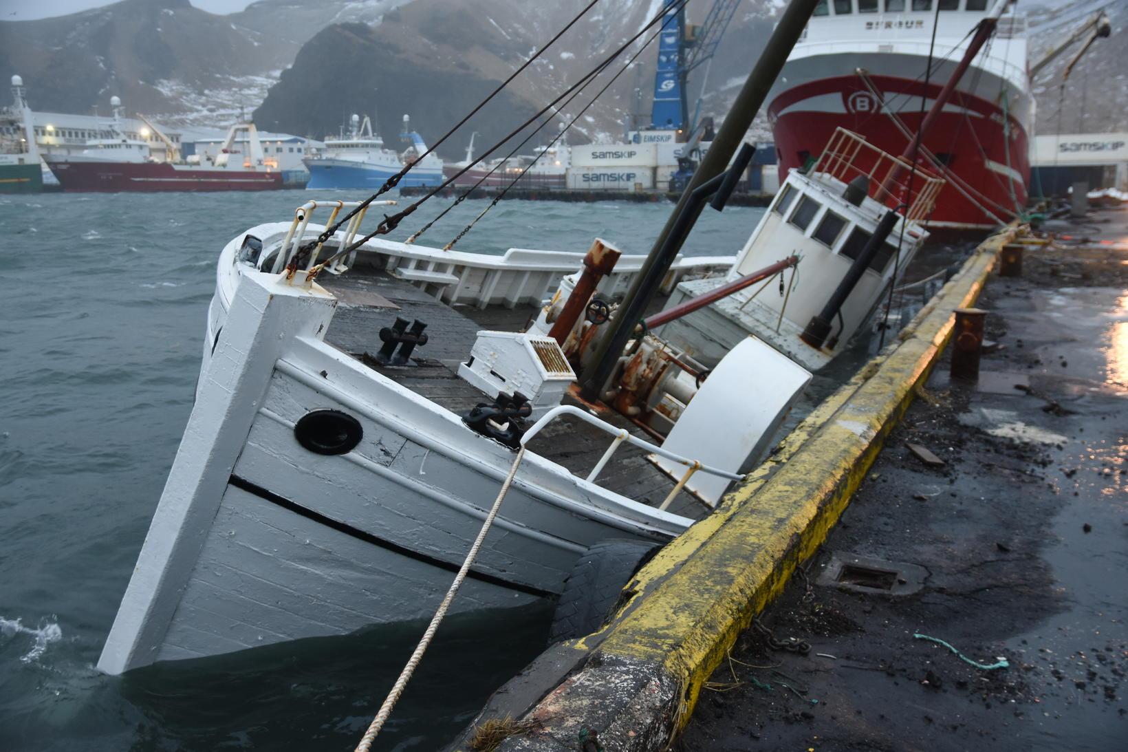 Blásteinn VE21, skömmu áður en hann hvarf í höfnina.