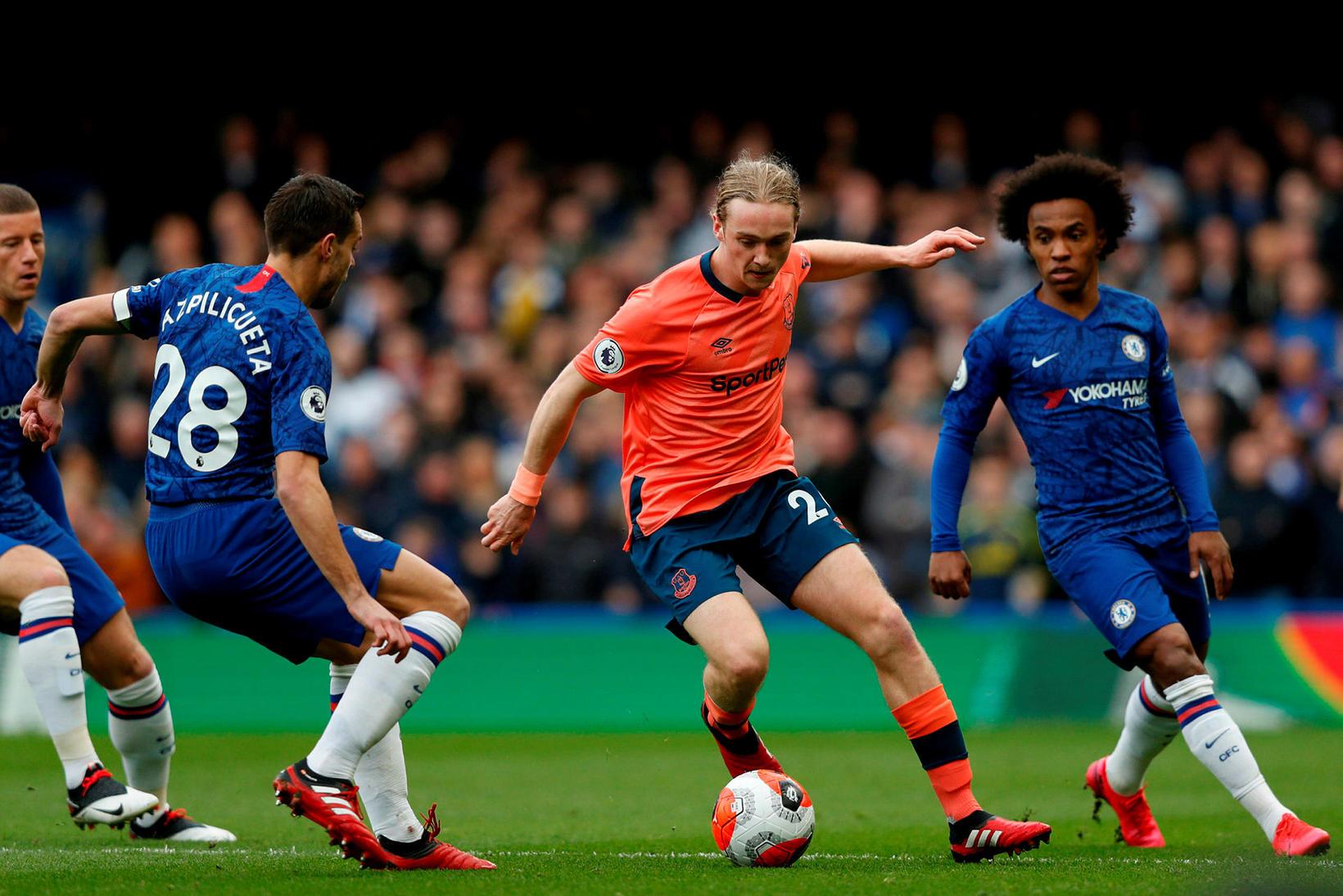 Everton-maðurinn Tom Davies umkringdur þeim Cesar Azpilicueta og Willian á …