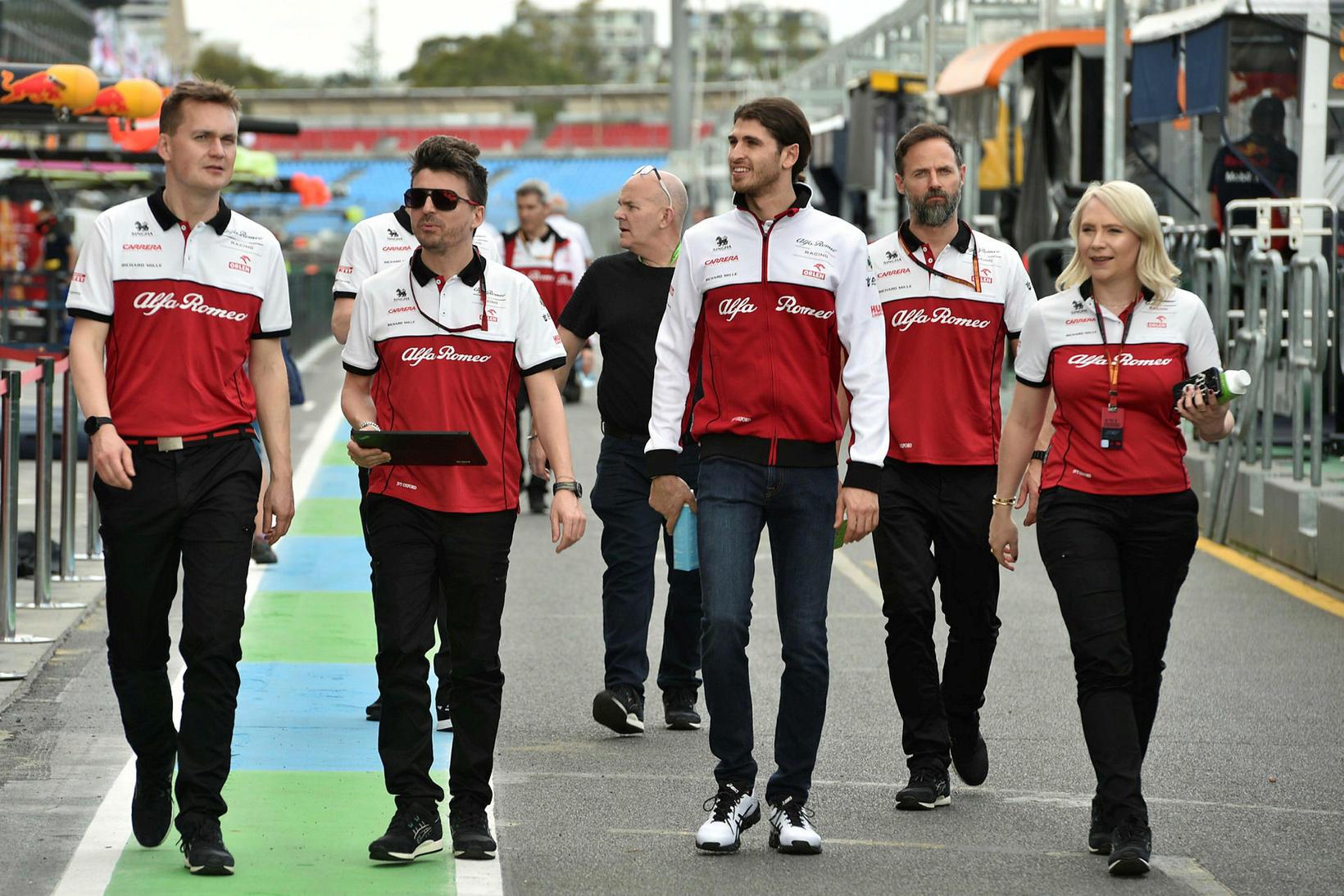 Antonio Giovanezzi hjá Alfa Romeo (fyrir miju) við brautarskoðun í …