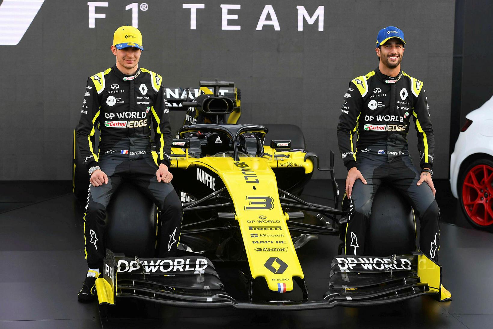 Daniel Ricciardo (t.h.) og Esteban Ocon stilla sér upp við …