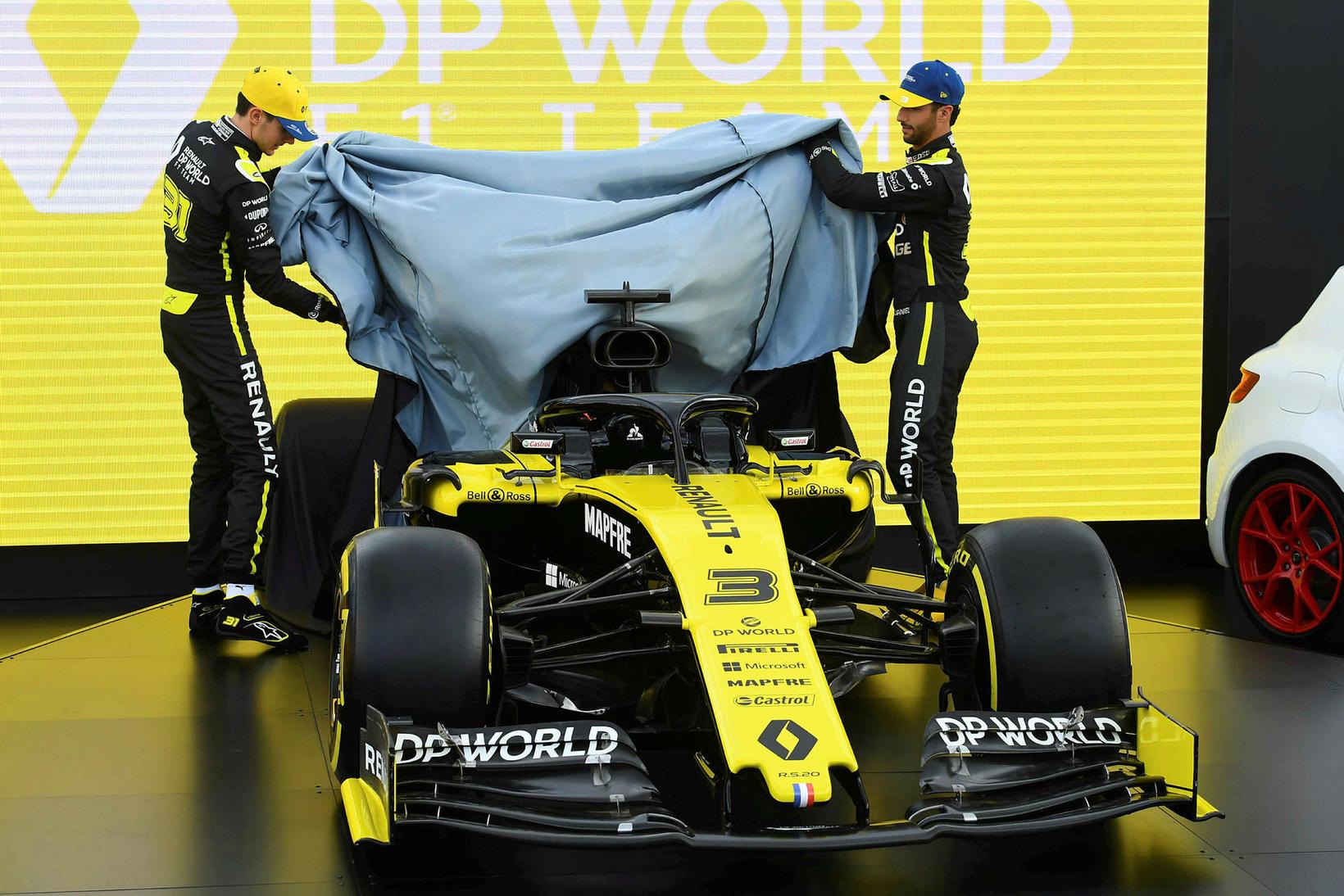 Daniel Ricciardo (t.h.) og Esteban Ocon svipta keppnisbíl Renault hulum …