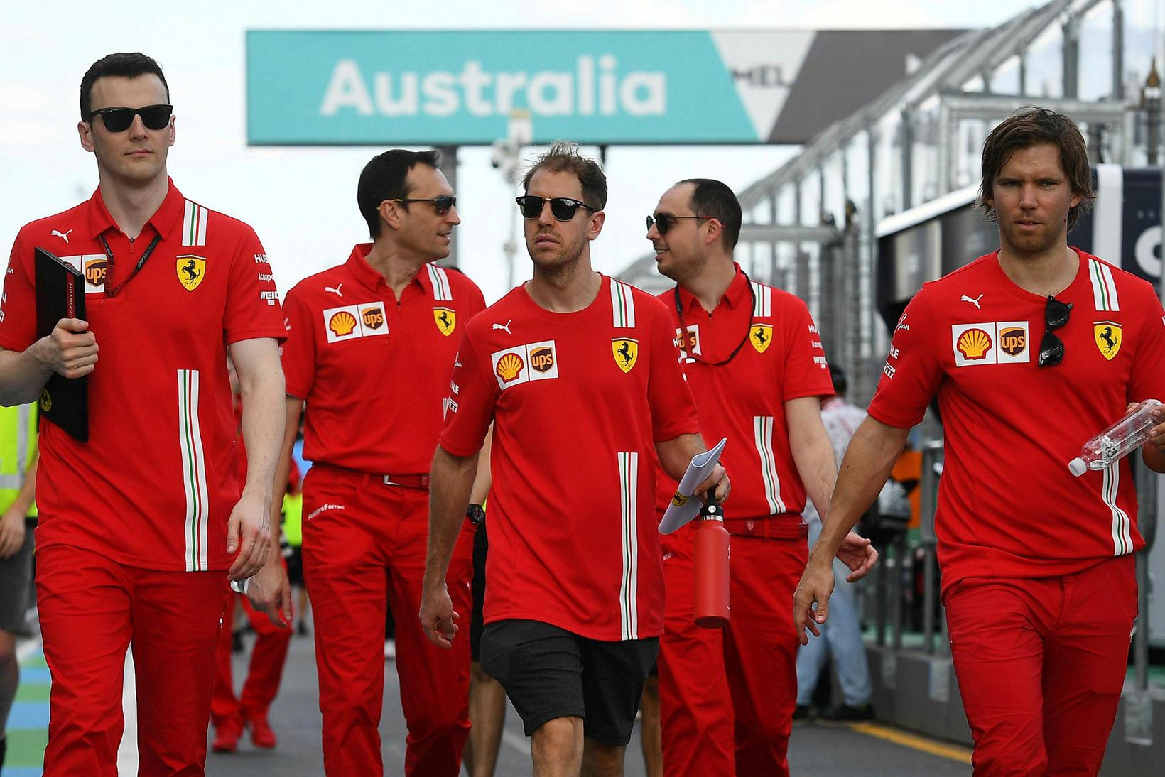 Sebastian Vettel (fyrir miðju) við brautarskoðun í Melbourne í morgun …