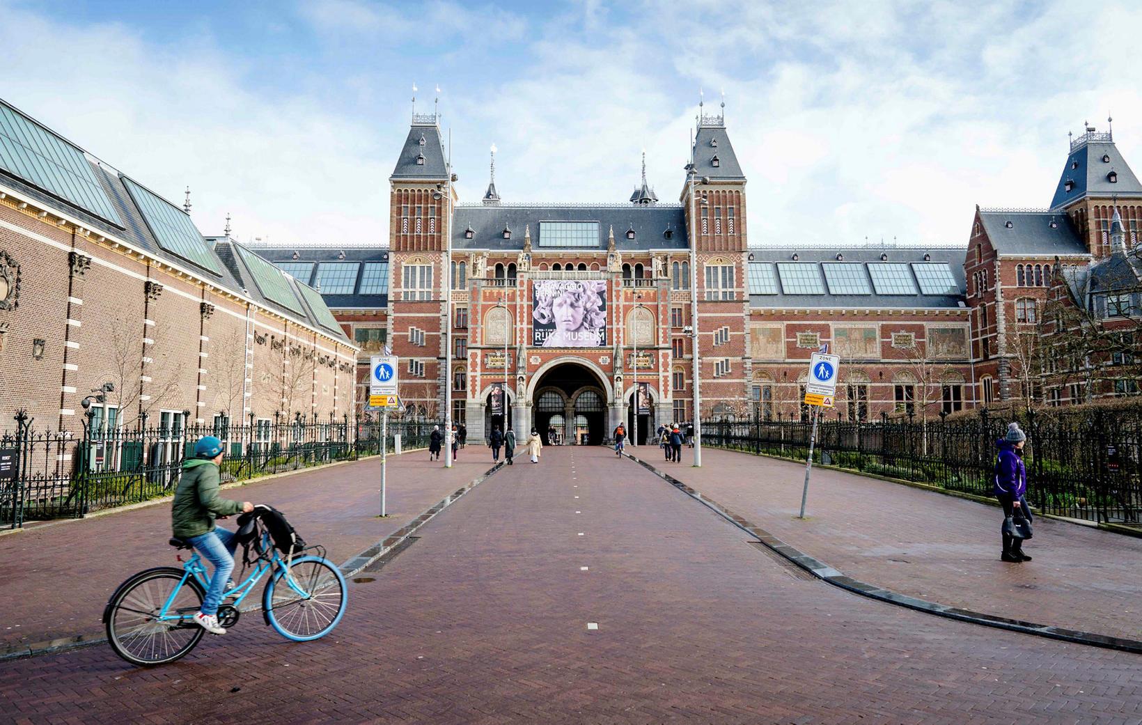 Rijksmuseum í Amsterdam er lokað í raunveruleikanum. Í sýndarveruleikanum getur …