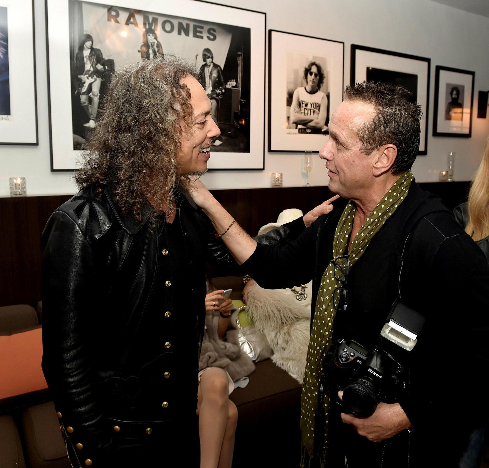 Ross Halfin (t.h.) ræðir við Kirk Hammett, gítarleikara Metallica. Hann …
