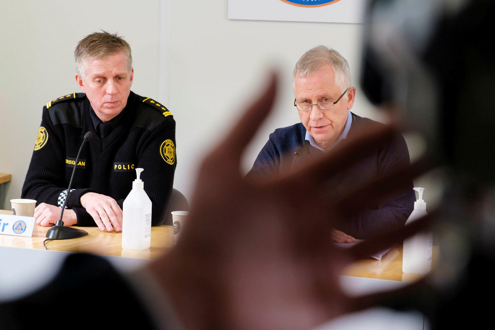 Chief Superintendent Víðir Reynisson is on the left.