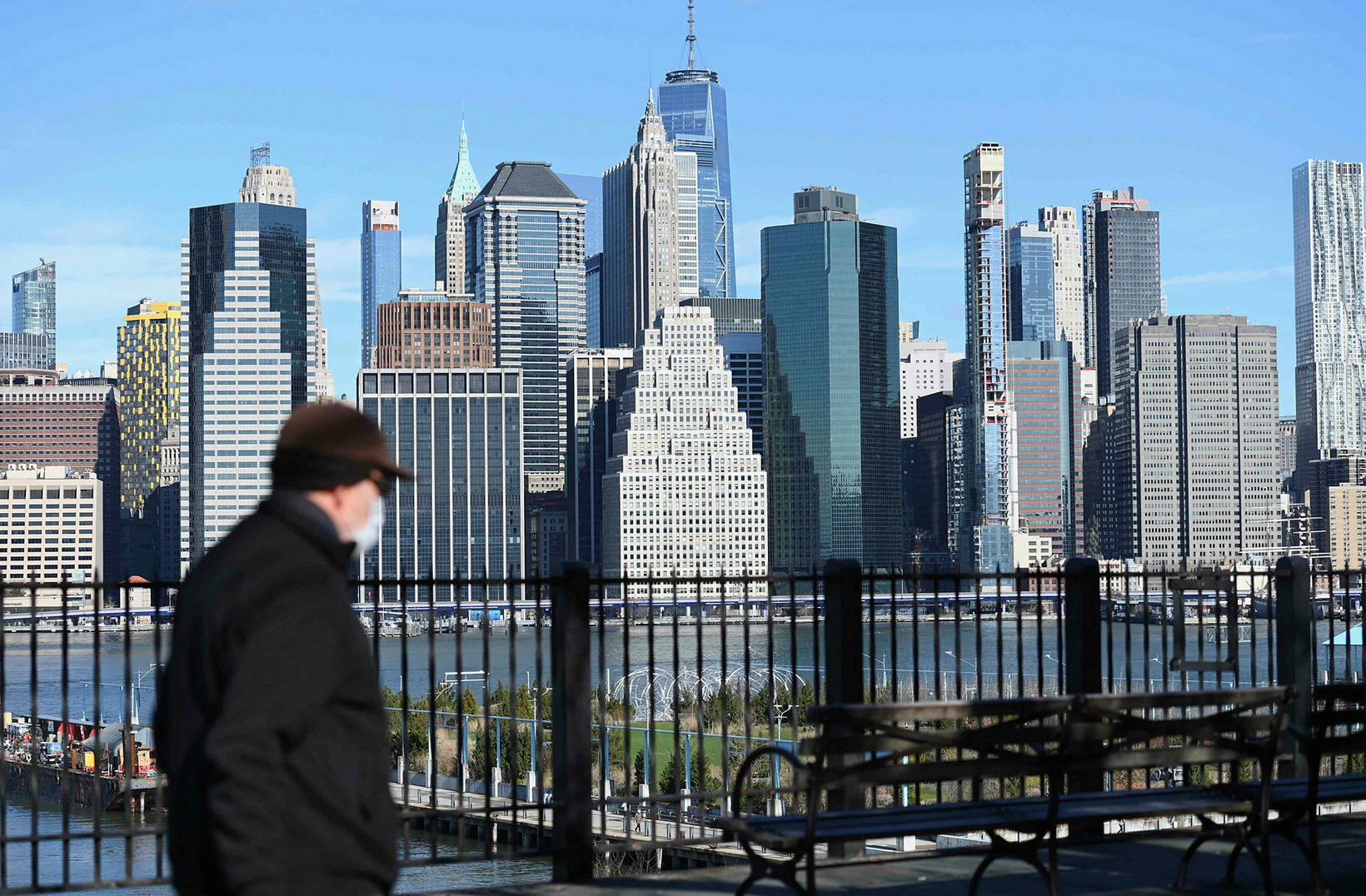 Karlmaður með grímu á gangi í New York.