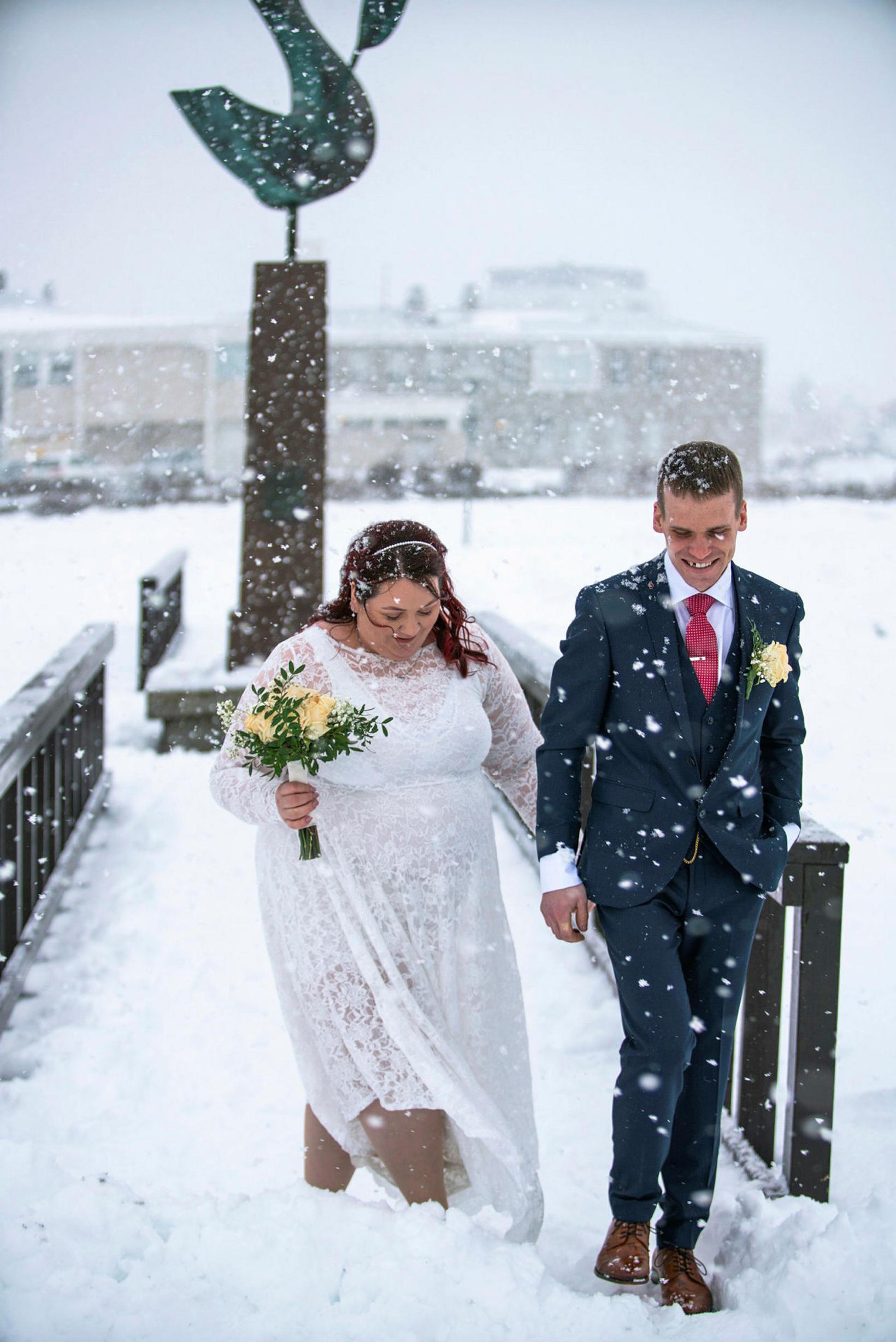 Mikill snjór var þegar þau Sædís og Árni giftu sig.
