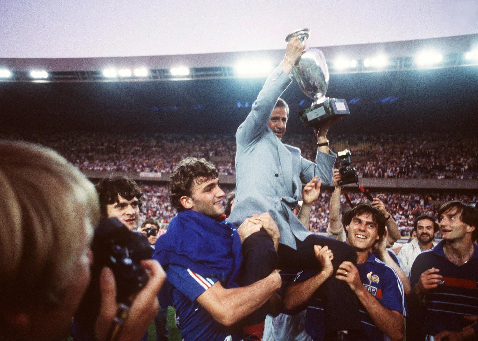 Michel Hidalgo með Evrópubikarinn 1984 ásamt Didier Six, Manuel Amoros …