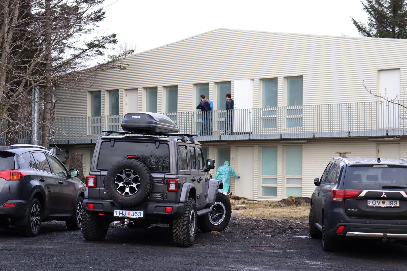 Smiðir og heilbrigðisstarfsfólk var á ferli við Birkiborg þegar ljósmyndari …