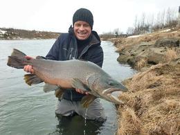 Jóhannes Hinriksson með urriðann væna sem hann fékk í Ytri-Rangá, 81 cm og 7,6 kg. Fiskinum var sleppt eftir myndatöku.