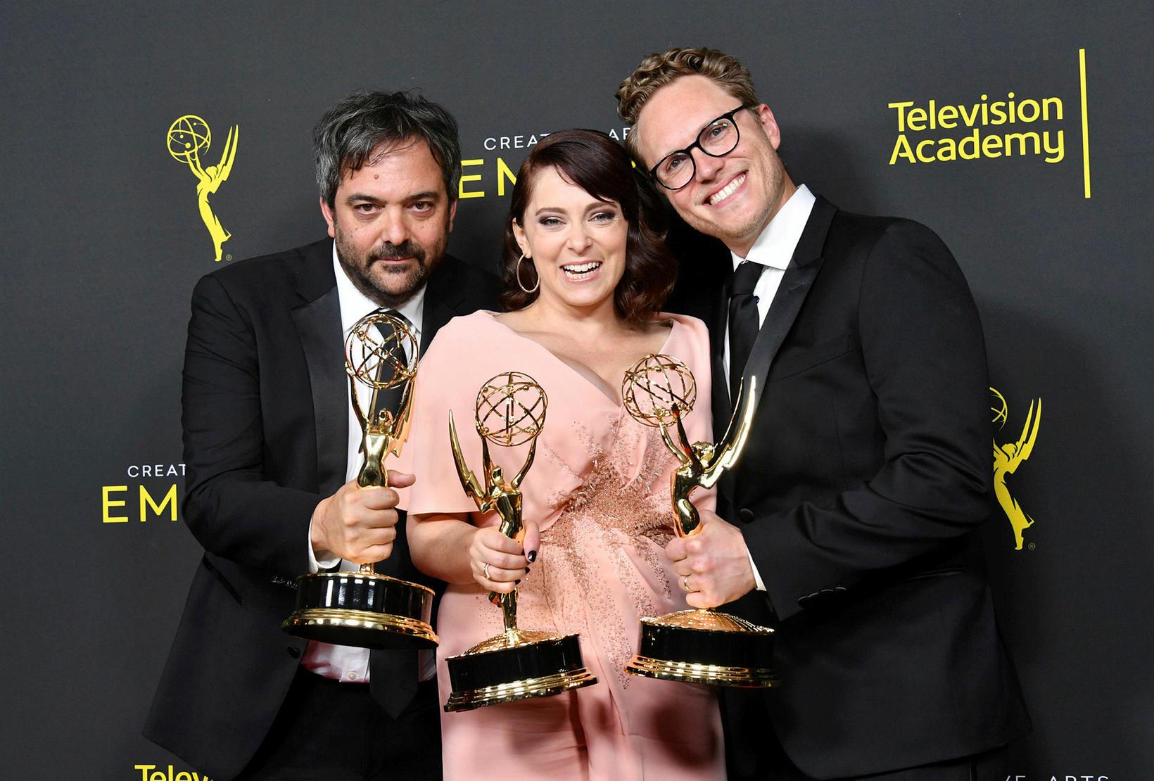 Adam Schlesinger (lengst til vinstri), Rachel Bloom og Jack Dolgen …