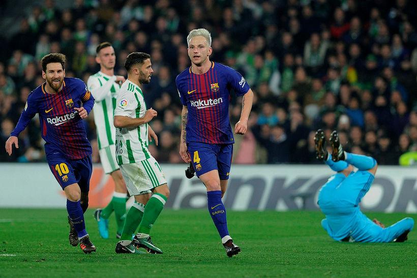 Ivan Rakitic og Lionel Messi fagna marki í kvöld.