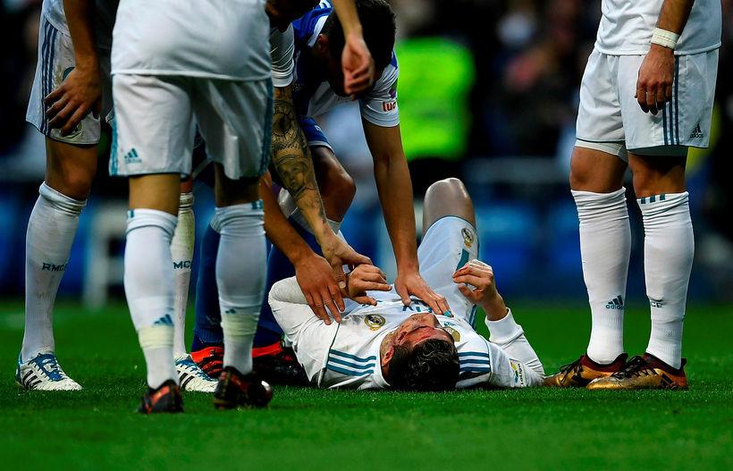 Ronaldo liggur slasaður á vellinum.