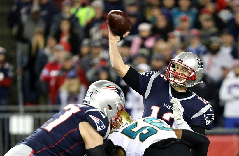 Tom Brady undirbýr sendingu gegn Jacksonville Jaguars í nótt.