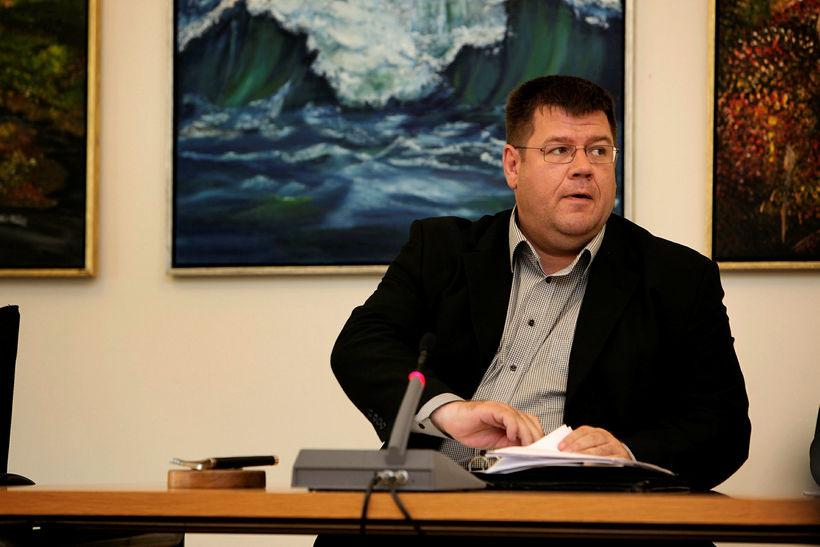 Matthías Rögnvaldsson, oddviti L-listans, í stól forseta bæjarstjórnar á fyrsta ...