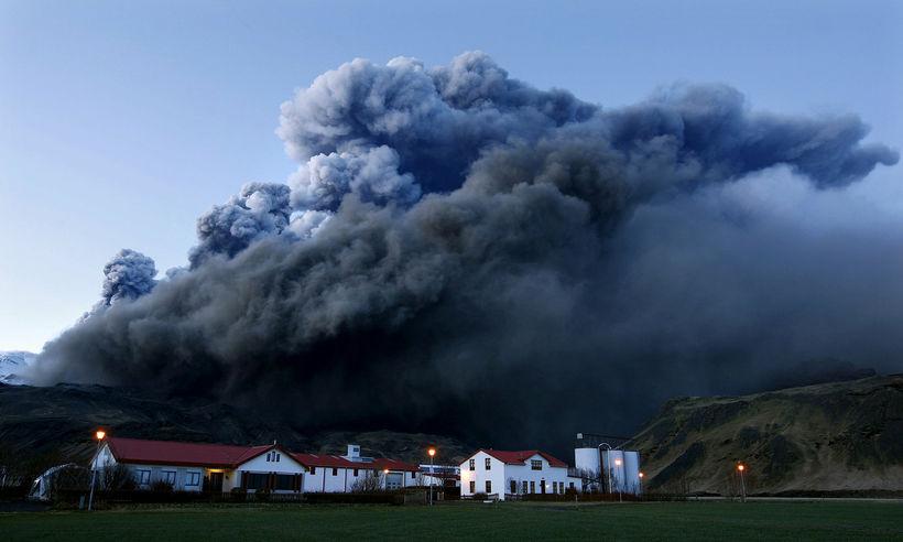 Þorvaldseyri undir gosinu í Eyjafjallajökli.