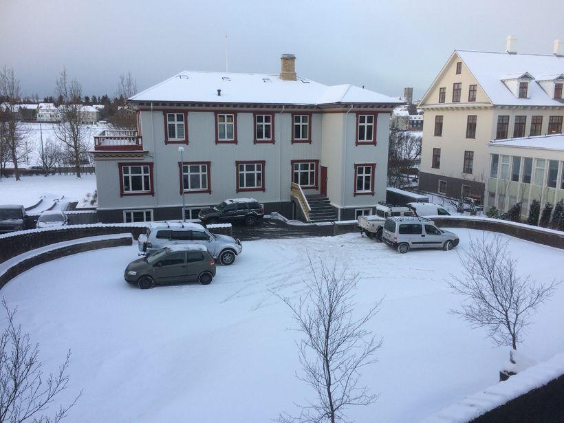 Bílum hefur verið lagt í nokkurra mánaða skeið á leikvellinum.