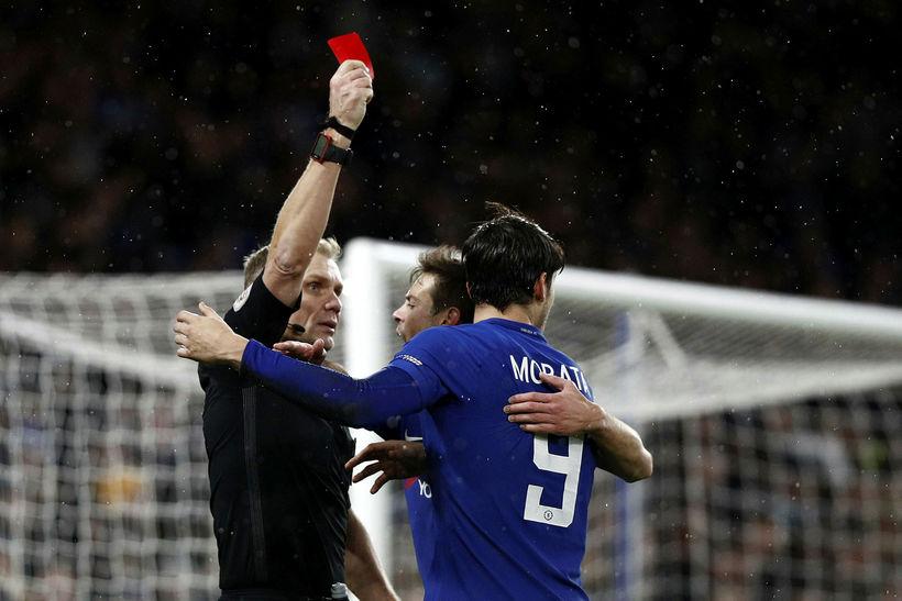 Alvaro Morata fær rautt spjald í uppbótartíma í kvöld.