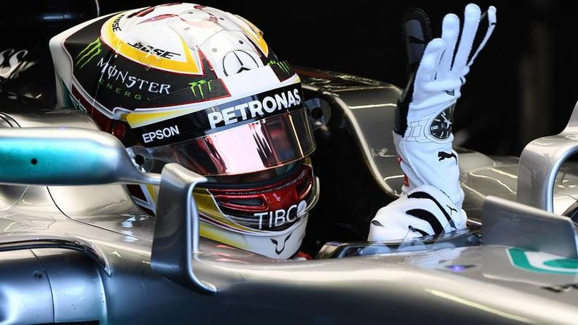 Lewis Hamilton skrýðist keppnishönskum.