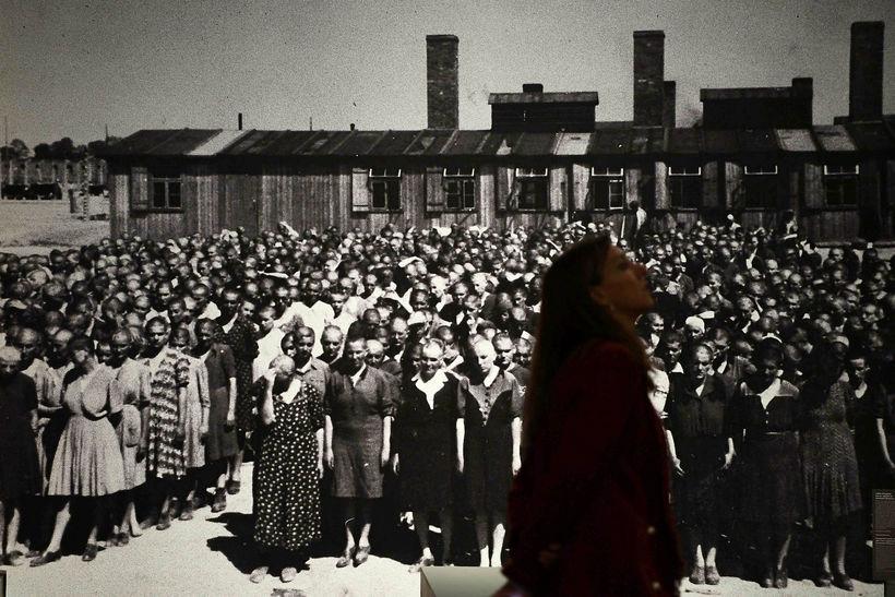 Kona skoðar sig um á sýningu um Auschwitz í Madrid ...