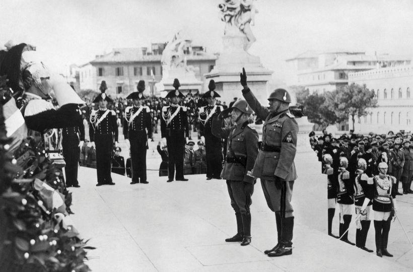 Benito Mussolini heilsar hér með Rómarkveðjunni svonefndu. Hún er bönnuð ...