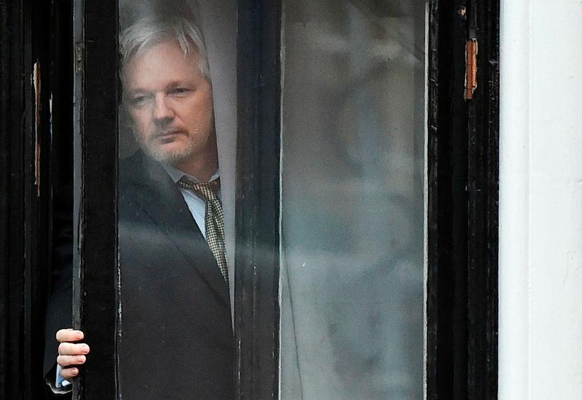 Julian Assange var í sendiráði Ekvadors í London í sjö ...
