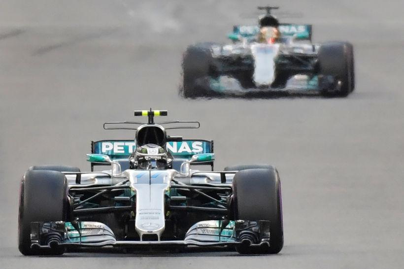 Valtteri Bottas nær og Lewis Hamilton fjær á leið til ...