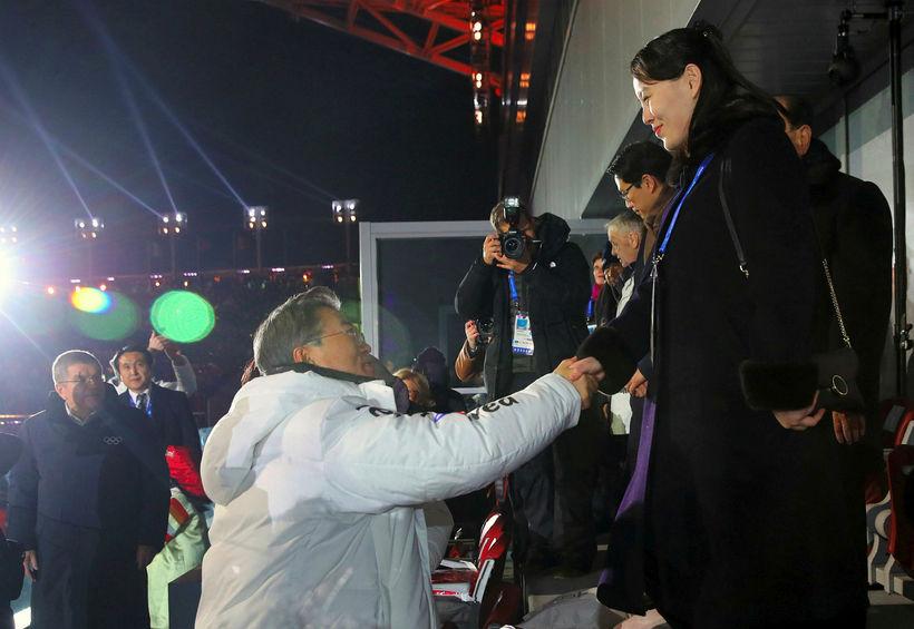 Kim Yo Jong, systir Kim Jong-un, tekur í hönd Moon ...
