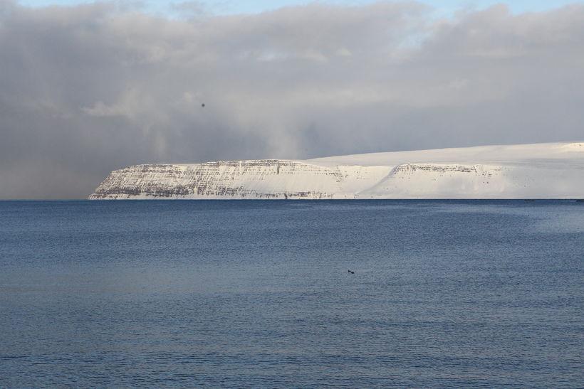 Bjarnanúpur og Snæfjallaströnd handan Ísafjarðardjúps.