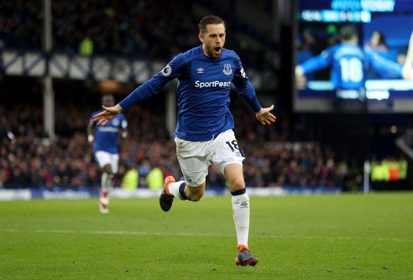 Gylfi Þór Sigurðsson fagnar marki með Everton.
