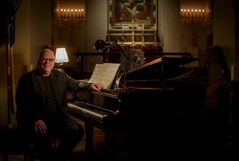 Ólafur Elíasson í Dómkirkjunni. Hann dáir Bach enda margar víddir ...