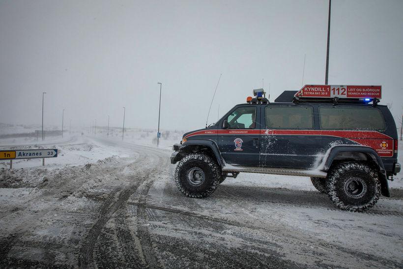 Björgunarsveitarmenn að störfum við lokun Vesturlandsvegar um helgina.