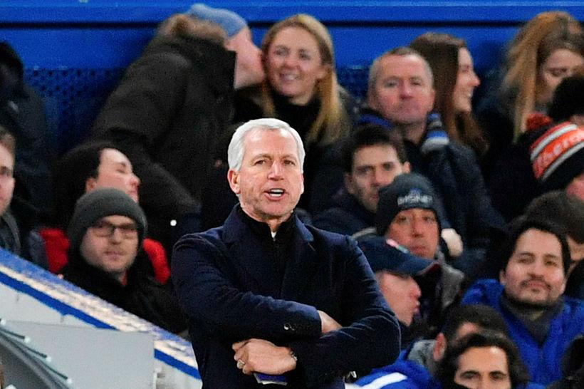Alan Pardew á hliðarlínunni á Stamford Bridge í kvöld.