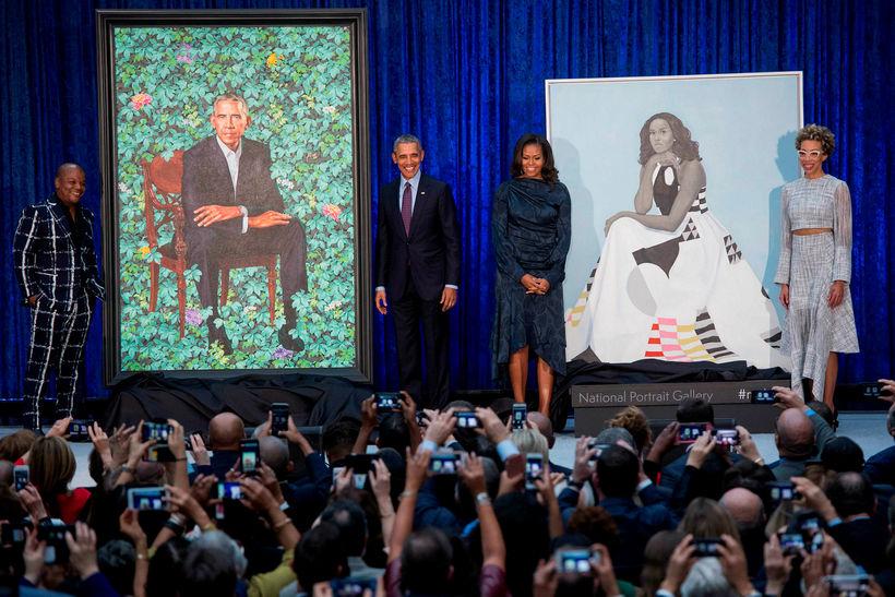Fyrrverandi forsetahjónin Barack Obama og Michelle Obama ásamt listmálurunum, Kehinde ...