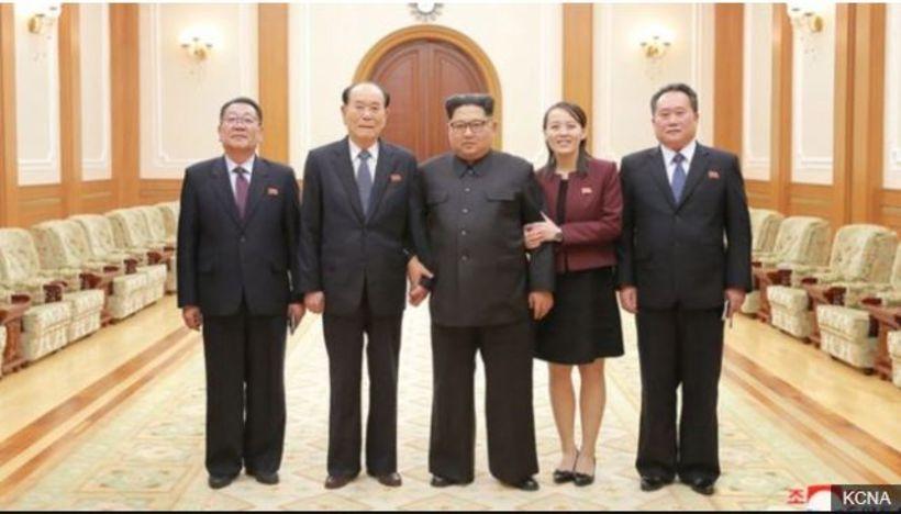 Kim Jong-un fyrir miðju. Sitthvoru megin til hliðar við hann ...