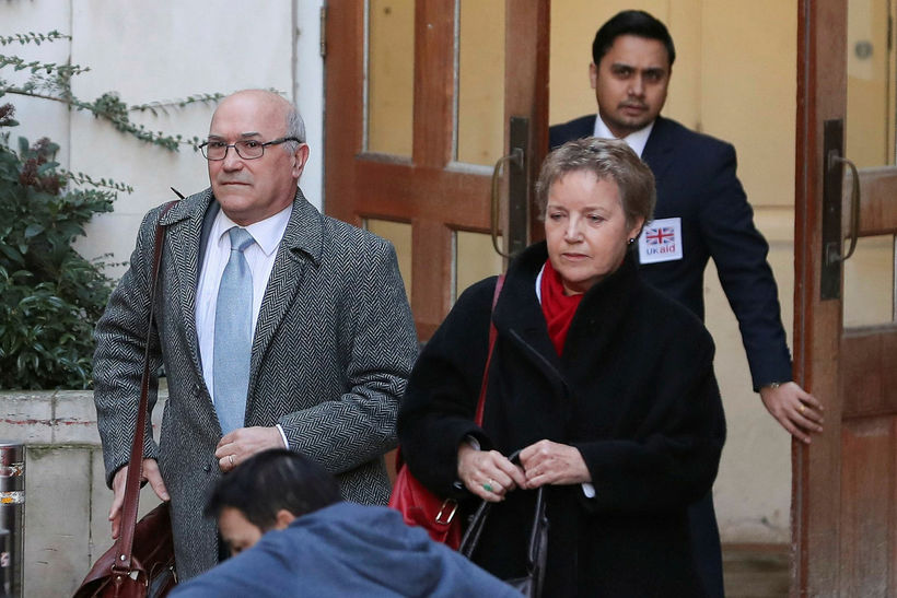 Mark Goldring, forstjóri Oxfam og Caroline Thomson, stjórnarformaður samtakanna, koma ...