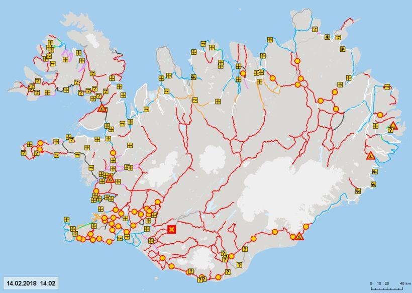 Óvenjumargir vegir eru nú lokaðir vítt og breitt um landið ...