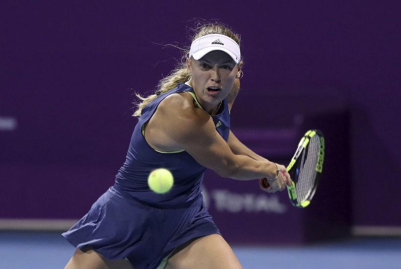 Caroline Wozniacki mundar tennisspaðann í Doha í Katar í dag.