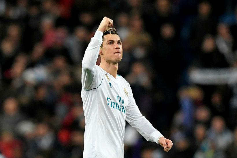 Cristiano Ronaldo fagnar eftir leikinn gegn Paris SG í kvöld.