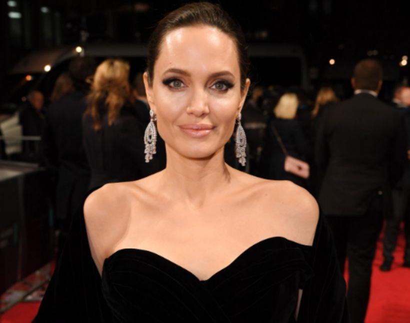 Angelina Jolie og flestar stjörnur kvöldsins mættu í svörtu.