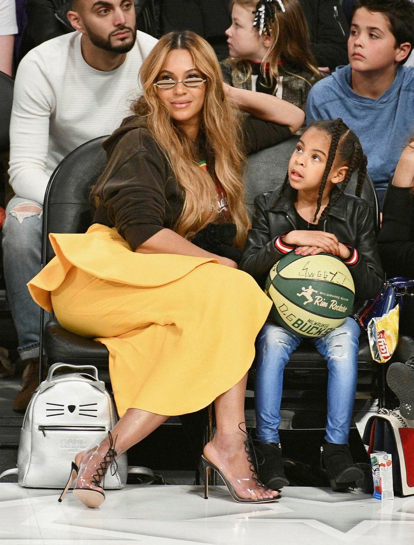 Beyonce og Blue Ivy Carter á körfuboltaleiknum.