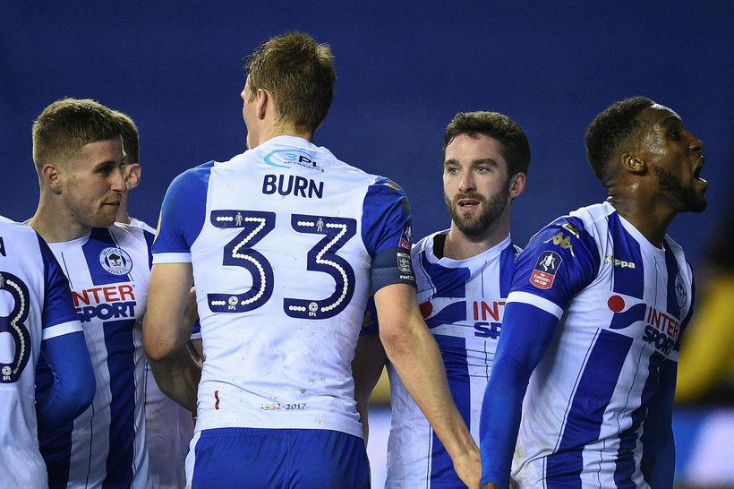 Leikmenn Wigan fagnar markinu gegn City í gær.