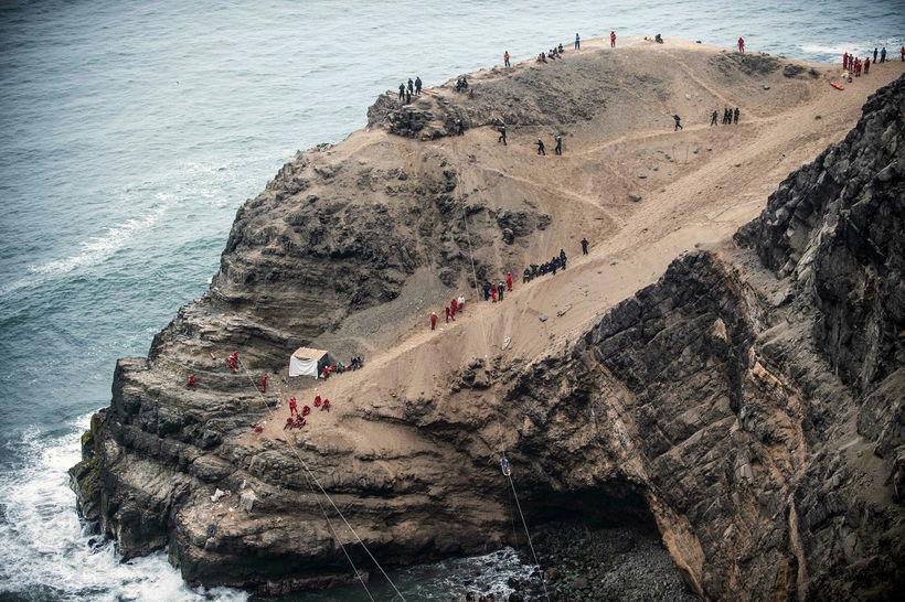 Björgunaraðgerðir á vettvangi slyssins sem varð í Perú í janúar.