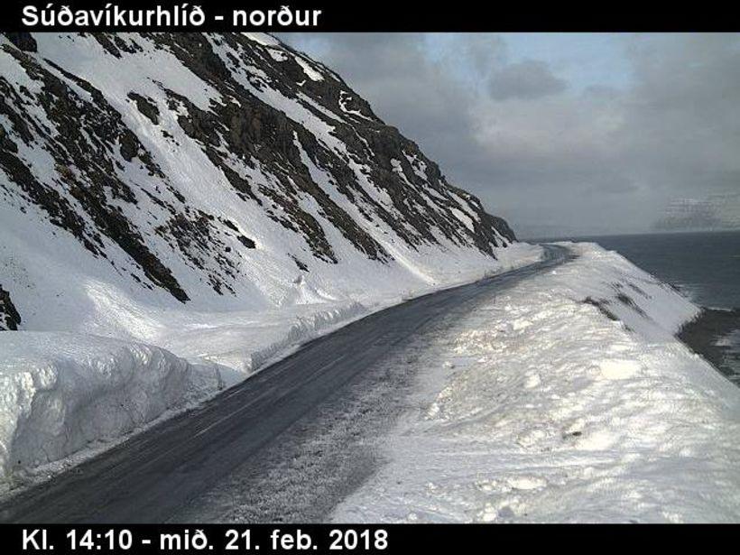 Vegurinn um Súðavíkurhlíð nú á þriðja tímanum.