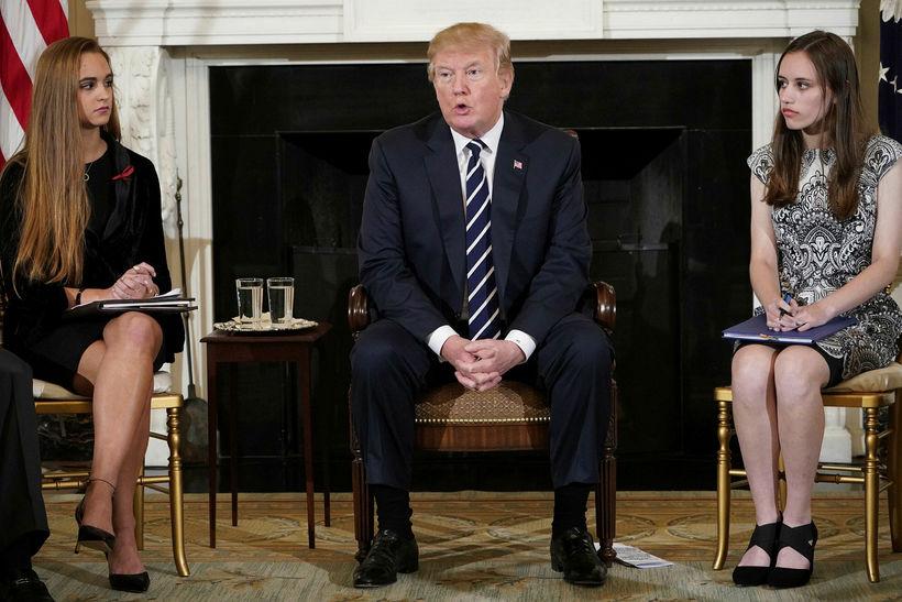 Donald Trump á fundi með nemendum úr framhaldsskólanum þar sem ...