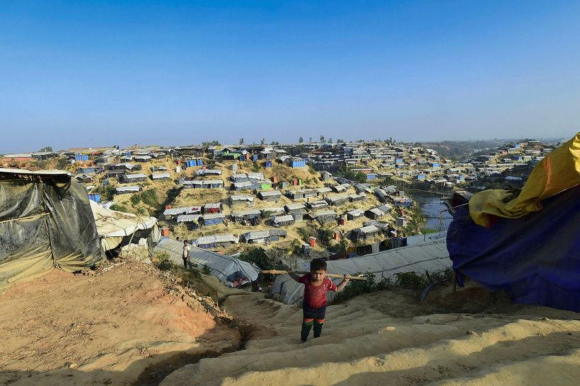 Rohingja-drengur klífur hér tröppur í Hakimpara-flóttamannabúðunum sem eru í Ukhia-héraðinu ...